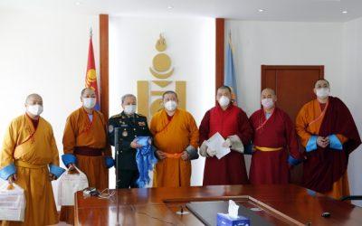 Монголын лам нар нэгдэж 10.000.000 төгрөг 2500 ширхэг хамгаалалтын бээлий Улсын Онцгой комисст хандивлалаа.