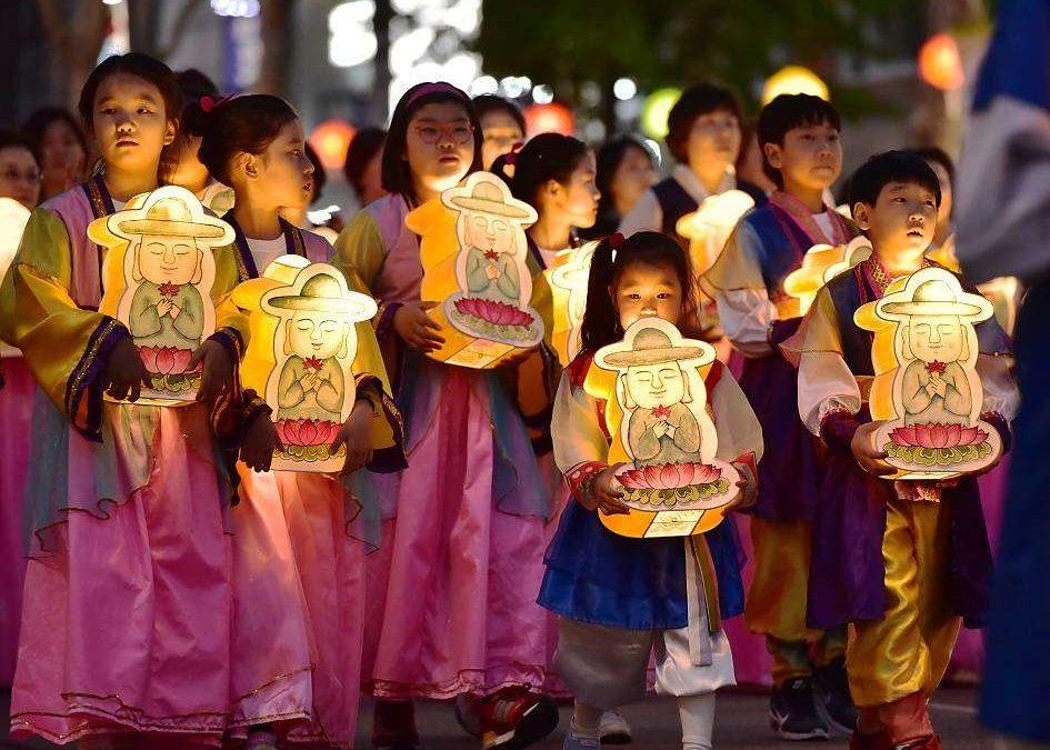 ЮНЕСКО нь Хүн төрөлхтний соёлын биет бус өв гэж Солонгосын Буддын шашны дэнлүүний наадмыг  бүртгэжээ.